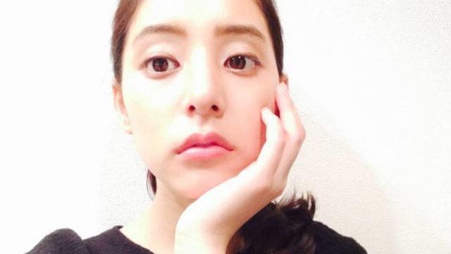 顔に手を置くモデル・新木優子