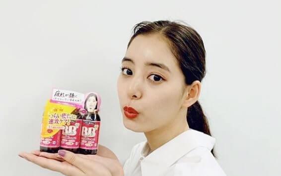 小瓶を持つモデル・新木優子