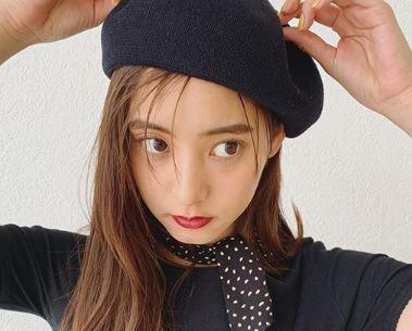 黒のベレー帽をかぶるモデル・新木優子