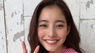 ピースするモデル・新木優子