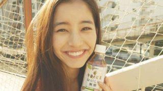 屋外で午後の紅茶を飲むモデル・新木優子