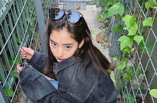 頭にサングラスをかけるモデル・新木優子