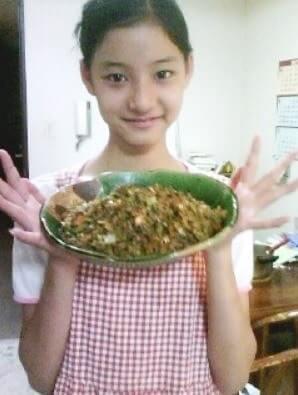 料理が入った皿を持つ少女