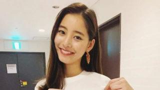 白のシャツを着ているモデル・新木優子