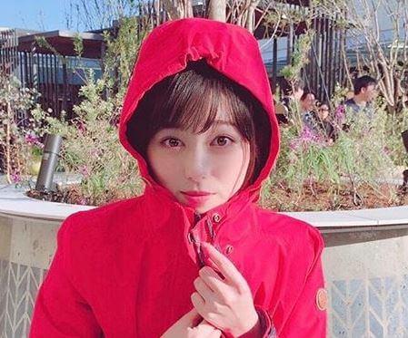 赤のパーカーを着ている女優・福原遥