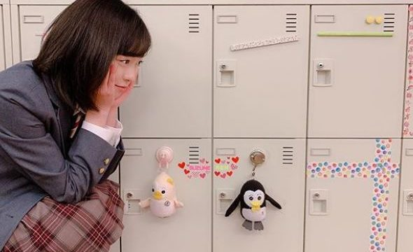教室のロッカーを眺める女優・福原遥