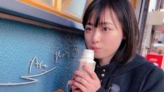 ボトルで飲み物を口にする女優・福原遥