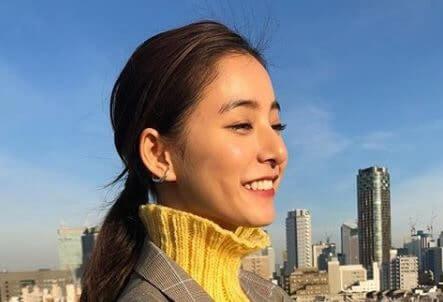 景色を眺めるモデル・新木優子