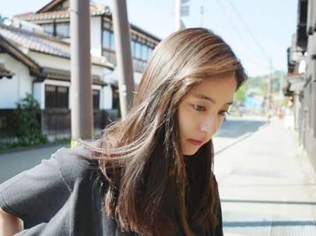 鳥取県を観光するモデル・新木優子