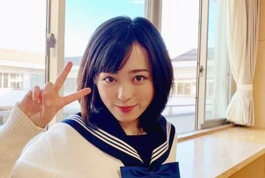 セーラー服姿でピースをしている女優・福原遥