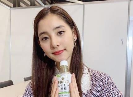 ペットボトルを持つモデル・新木優子