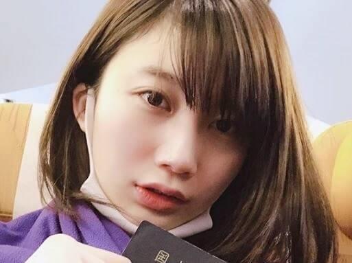 パスポートを持つモデル・小倉優香