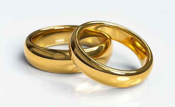 2つの金色の結婚指輪