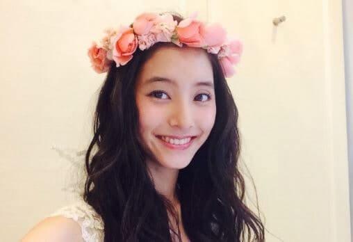 花の冠を付けるモデル・新木優子