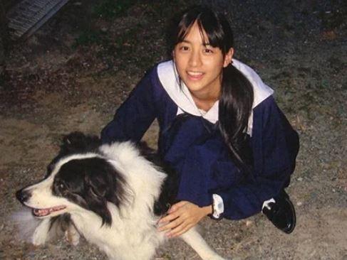 犬と戯れる中学生