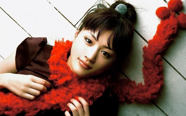 赤いマフラーを巻いている女優・綾瀬はるか