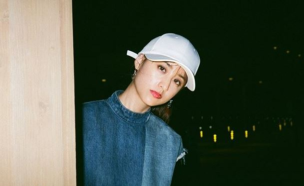 白い帽子をかぶっているモデル・山本美月