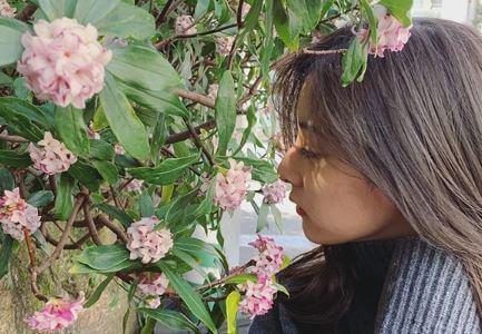 花の香りを楽しむモデル・新木優子