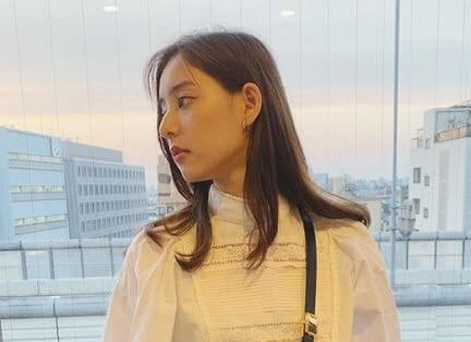 窓から景色を眺めるモデル・新木優子