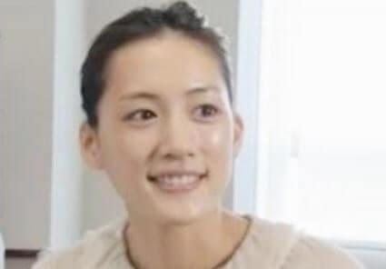 すっぴんでインタビューを受けている女優・綾瀬はるか
