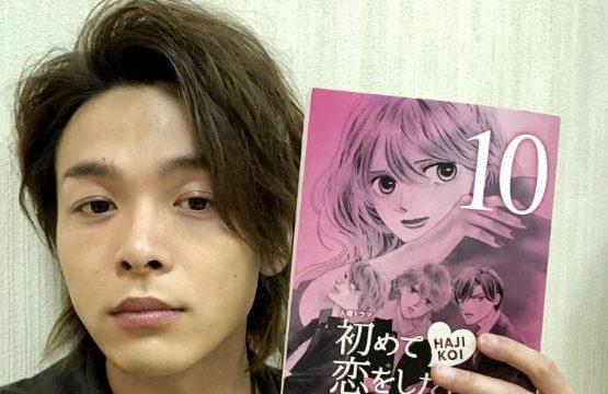 左手で台本を持つ俳優・中村倫也