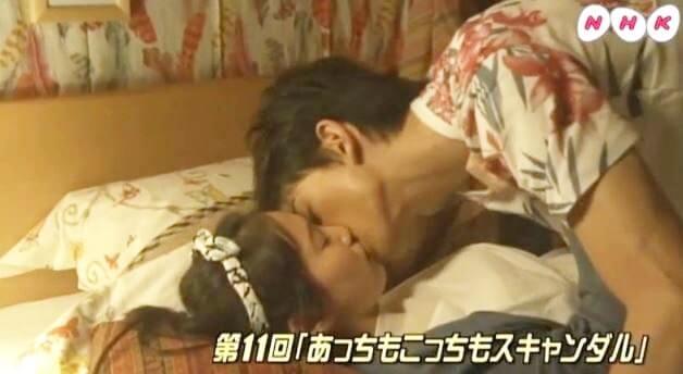 ドラマのワンシーンで男女がキスをしている