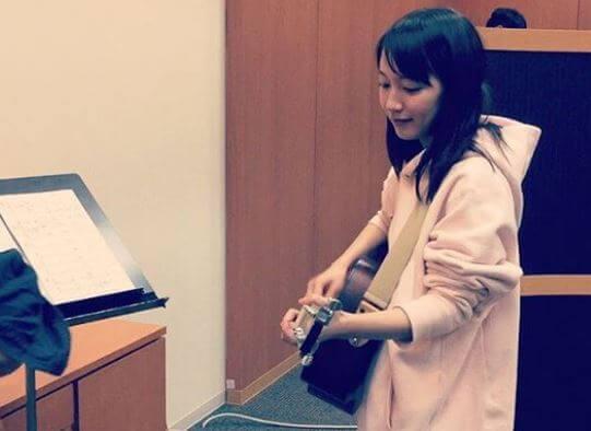 ギターで演奏する女優・吉岡里帆