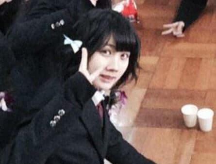 ピースする高校時代の女優・松本穂香