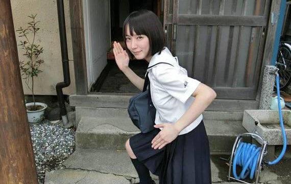 ブレザー姿の女優・吉岡里帆