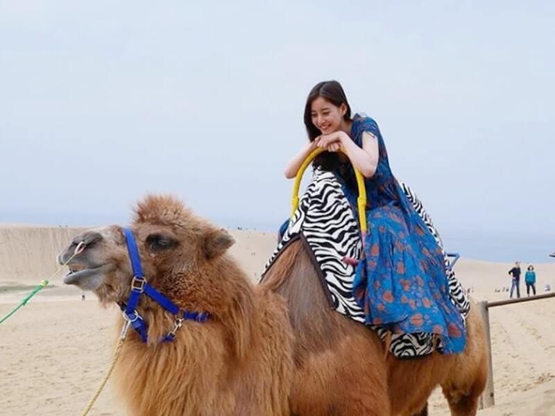 鳥取砂丘でラクダに乗るモデル・新木優子