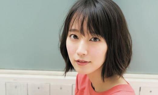 ピンク色の服を着る女優・吉岡里帆