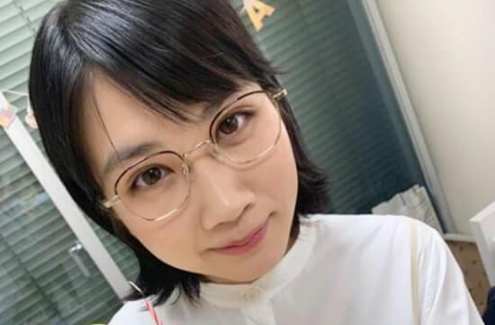 丸メガネを掛けた女優・松本穂香