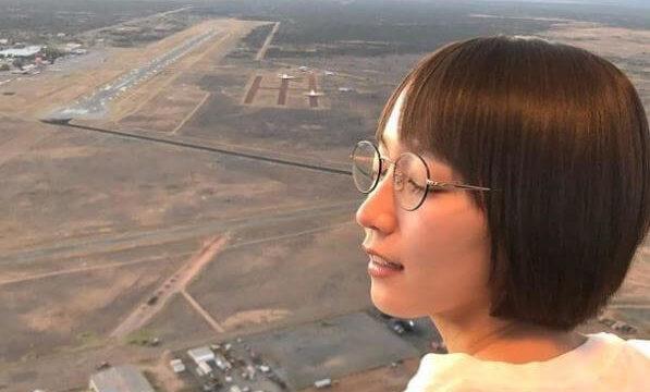 外を眺める女優・吉岡里帆