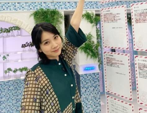 ボードに手を置く女優・松本穂香
