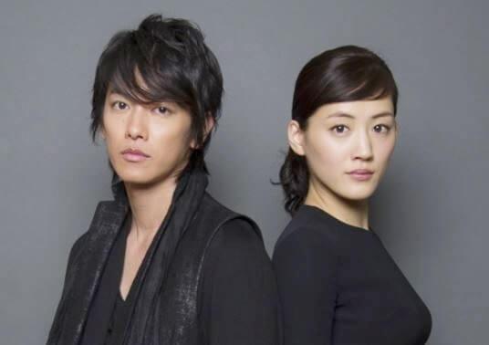 背を向けて立つ俳優・佐藤健と女優・綾瀬はるか