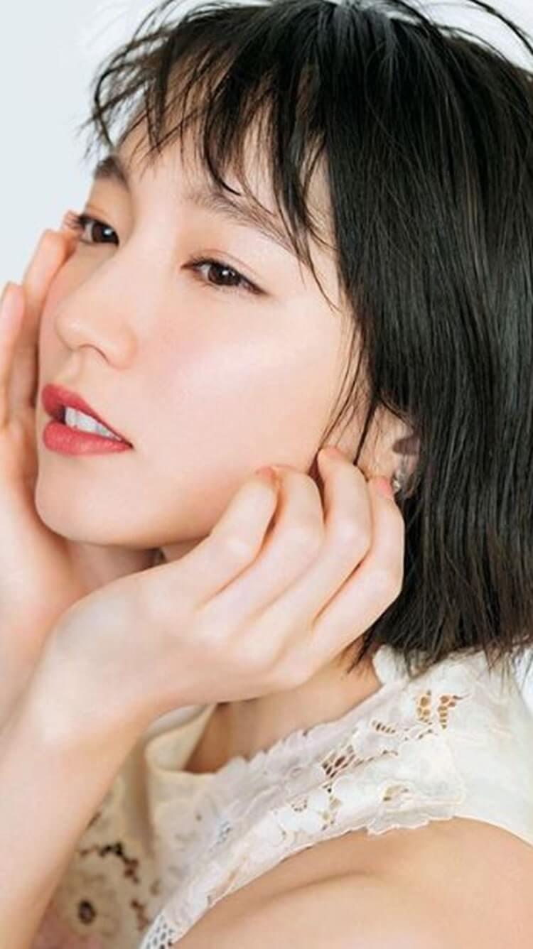 顔を両手に乗せる女優・吉岡里帆