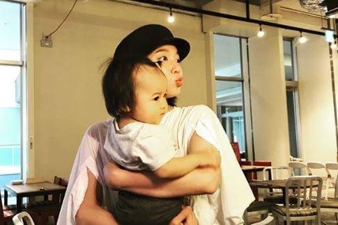 赤ん坊を抱える女優・吉岡里帆