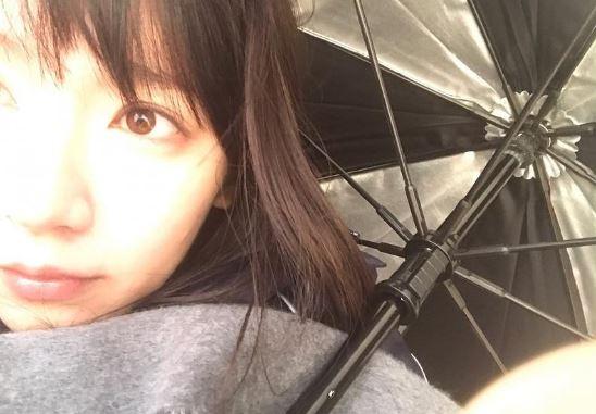 傘を差している女優・吉岡里帆