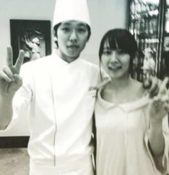 女優・吉岡里帆と肩を組んでピースする料理人