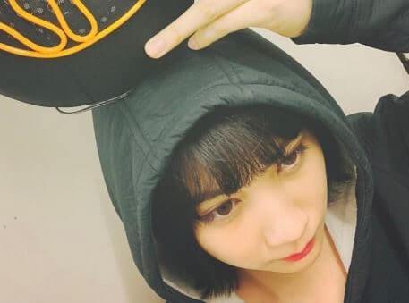 頭にボールを乗せる女優・松本穂香