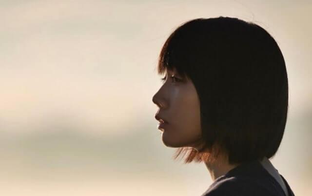 景色を眺める女優・松本穂香