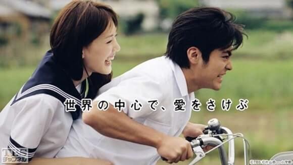 自転車の2人乗りをする男女高校生