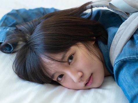 うつ伏せの女優・吉岡里帆