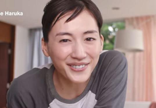 すっぴんで笑顔な女優・綾瀬はるか
