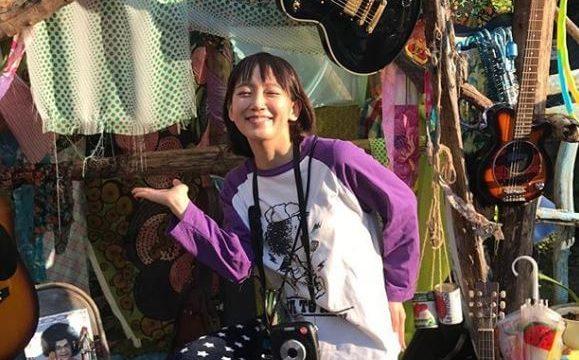 ギターに囲まれている女優・吉岡里帆