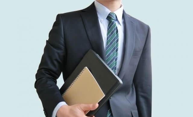 書類を持つビジネスマン