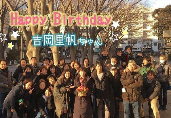ドラマの撮影現場で誕生日を祝われる女優・吉岡里帆
