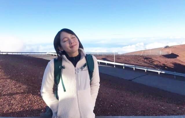 白のパーカー姿の女優・吉岡里帆