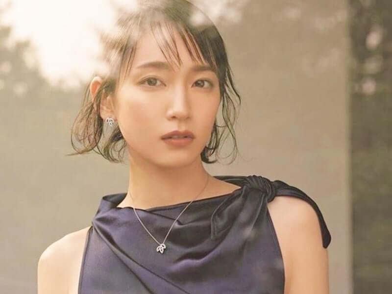 シックなドレス姿の女優・吉岡里帆