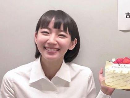 ショートケーキを持っている女優・吉岡里帆